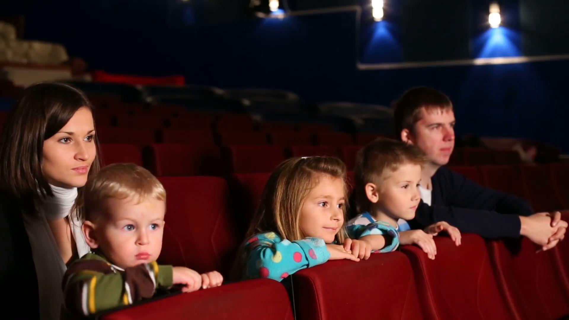 Rodičia s deťmi v kine
